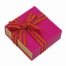 E1225g-10 Glossy Fuschia sleevebox for 1 chocolate with gold base